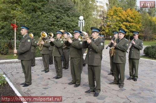 Оркестр играет марш