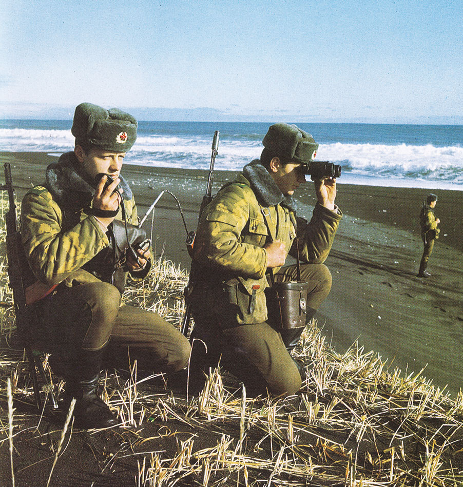 Пограничники в полевых зимних куртках образца 1984 г. Фото около1988 г.