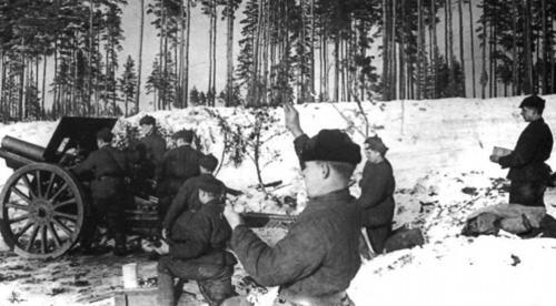 Расчёт советской 122-мм гаубицы ведёт огонь