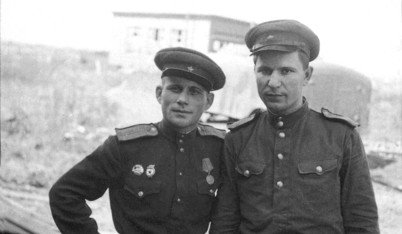 Слева — старшина Красной армии с монгольским памятным нагрудным знаком Фото из коллекции А.Ш. Салихова