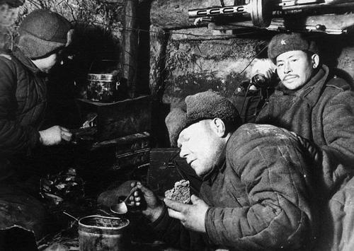 В блиндаже. Из трёх советских солдат двое — в телогрейках 1942 г.