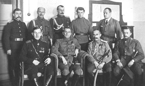 Адмирал А.В. Колчак (сидит второй слева) в штабе Сибирской армии Фотограф неизвестен Екатеринбург, начало 1919 г. ГА РФ