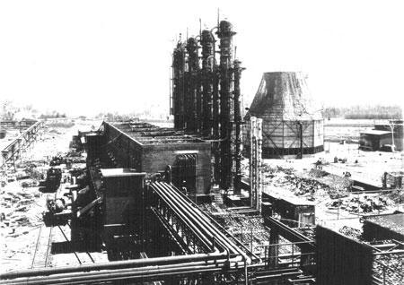 Цеха завода по производству ОВ с четырьмя колоннами  в г. Дихернфурт на Одере  Германия, 1945 г. Из архива Э.Л. Коршунова