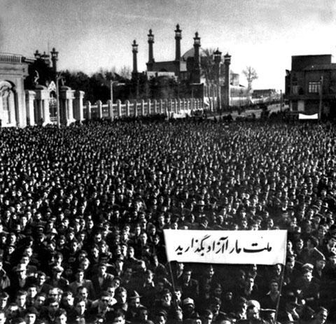 Одно из массовых шествий в поддержку национализации иранских нефтяных месторождений