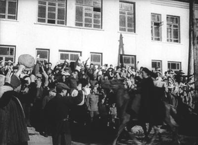Кавалеристы-добровольцы на улицах Нальчика Август 1941 г.  Кадр кинохроники, из фондов РГАКФД