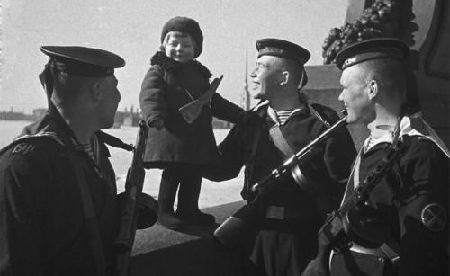 Моряки Балтийского флота с девочкой Люсей,  родители которой умерли во время блокады