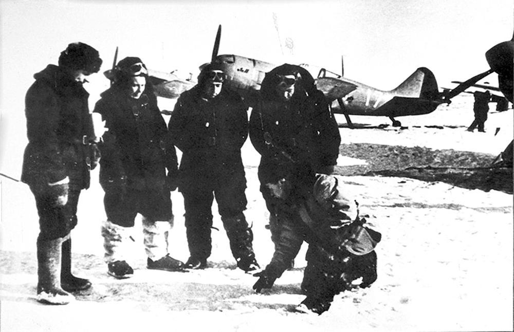 Лётчики и истребители Ла-11 на ледовом аэродроме