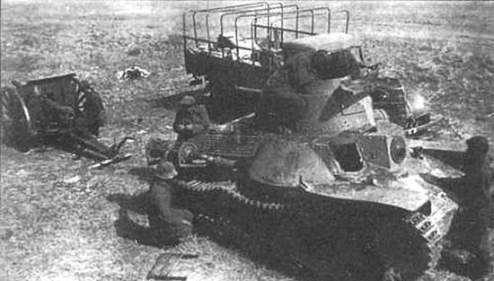 Красноармейцы изучают трофейную японскую технику, захваченную во время боёв у Халхин-Гола 1939 г.