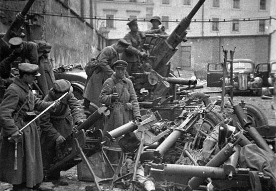Советские бойцы и командиры осматривают трофейное вооружение