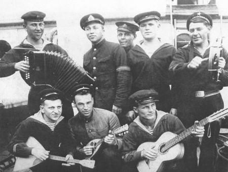 Капитан-лейтенант Д.Ф. Гусаров с экипажем