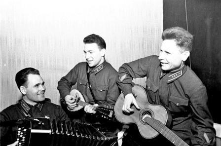 Командир авиачасти подполковник Г. Когрушев, лейтенант В. Силантьев и старший лейтенант Б. Белов в санатории летчиков. Январь 1942 года.
