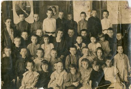Школа №17 г. Владимира. 1 класс. 1.09.1927 г. (В. Силантьев третий справа в верхнем ряду)