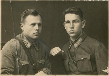В. Силантьев с другом В. Кузнецовым после выпуска из летной школы. 1940 год