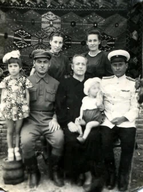 Фотография матери моего отца и его сестёр с мужьями и детьми. 05.09.1950 год.