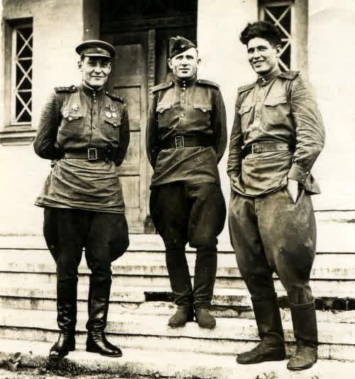 Фотография 1945г. Отец стоит слева первым.