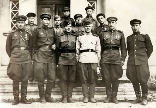 Фотография 1945г. Отец стоит внизу второй справа