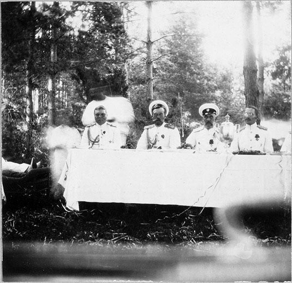 Николай II за столом с офицерами-моряками. Слева — флаг-капитан К.Д. Нилов. Финляндские шхеры, 1913 г