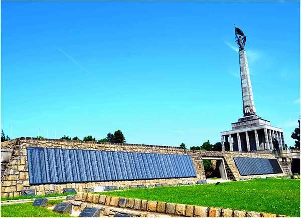 Военно-мемориальный комплекс «Славин». Сотрудниками Представительства установлены имена 5001военнослужащего, которые занесены на памятные доски с именами захороненных воинов.Братислава, Словакия.