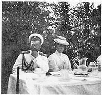 Николай II и императрица Александра Фёдоровна на пикнике с офицерами императорской яхты «Штандарт». Финляндские шхеры, остров Патио, 1913 г.