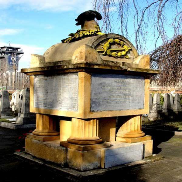 До и после ремонта Ольшанское кладбище российских офицеров, погибших в битве при Кульме 29—30 августа 1813г.Прага, Чешская Республика.