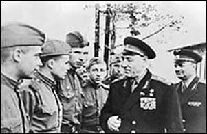 Рис. 2. Главнокомандующий РВСН Маршал Советского Союза С.С. Бирюзов среди воинов-ракетчиков, 1962 г.