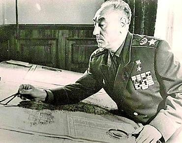 Рис. 3. Маршал Советского Союза С.С. Бирюзов: оценка обстановки на топографической карте