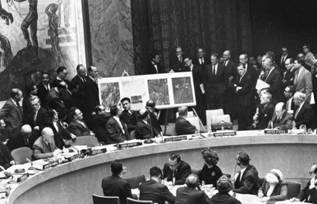Рис. 22. На чрезвычайной сессии Совета Безопасности ООН 25 октября 1962 г.