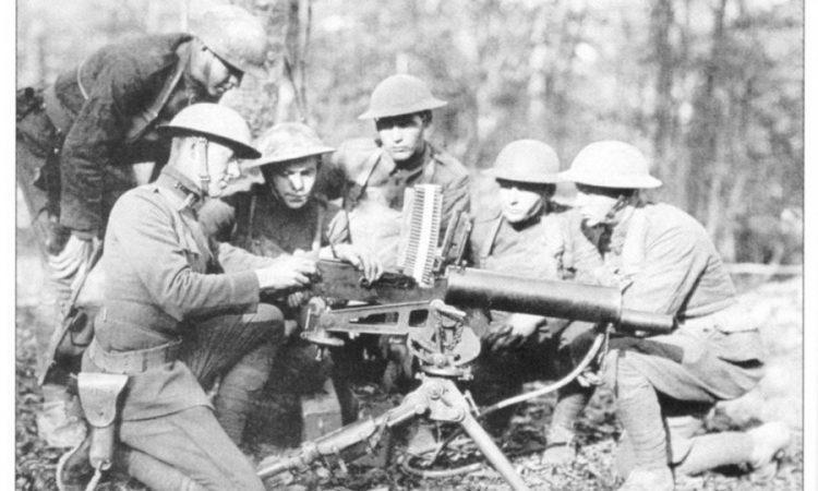 Октябрь 1918 г. Американские пулеметчики у пулемета Браунинг.
