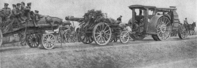 Тяжелое орудие «тракторной» батареи движется на фронт, 1916 г. Отечественная артиллерия за 600 лет. М., 1986.