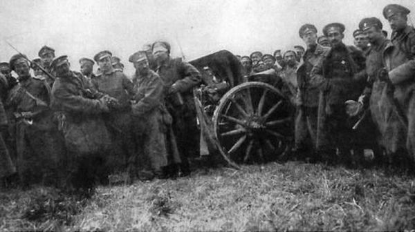 Русская пехота c захваченной немецкой артиллерией