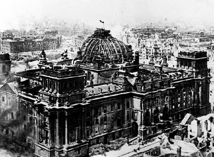 Знаменитая фотография корреспондента газеты «Правда» В.А. Тёмина «Знамя Победы над Рейхстагом 1 мая 1945 г. в Берлине».