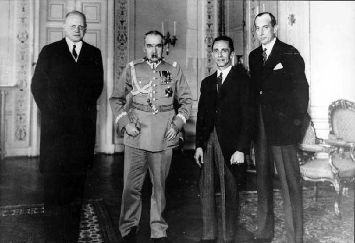 Слева направо: посол Германии в Польше Г.-А. фон Мольтке, военный министр Польши Ю.Пилсудский, имперский министр народного просвещения и пропаганды Й. Геббельс и министр иностранных дел Польши Ю. Бек. Варшава, 15 июня 1934 г.
