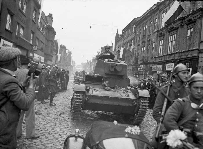 Польские танки в чехословацком городе. 1938 г.