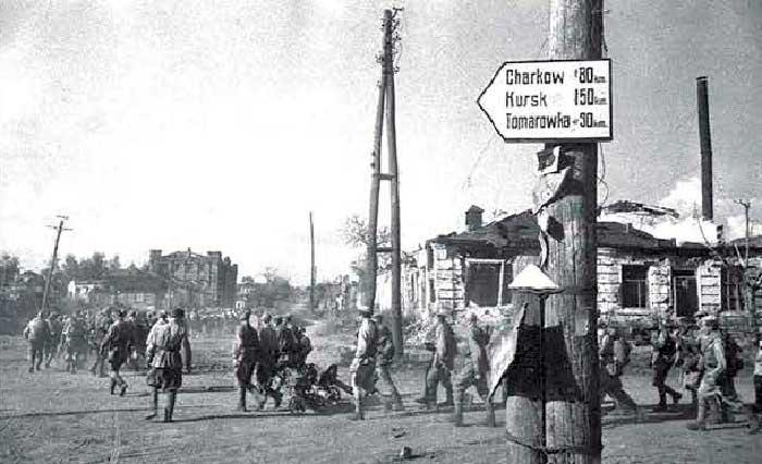 Советские воины на улице освобождённого Белгорода. Август 1943 г.