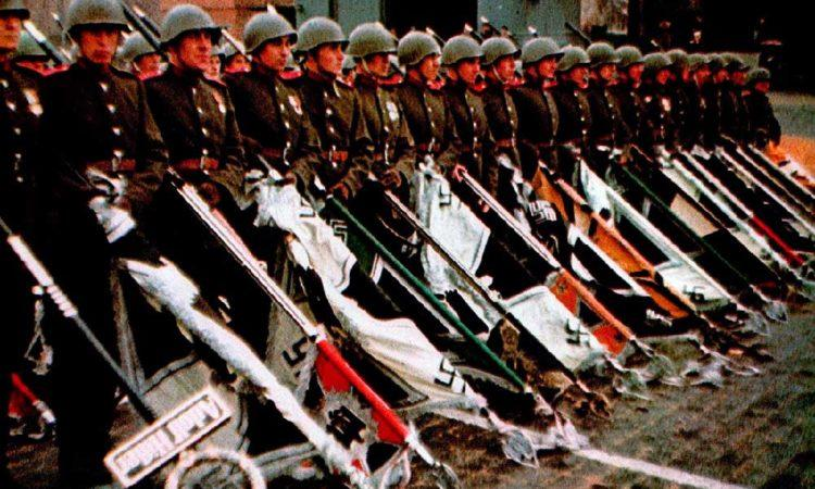 Знамёна и штандарты поверженного Третьего рейха на Красной площади во время Парада Победы. 24 июня 1945 г.