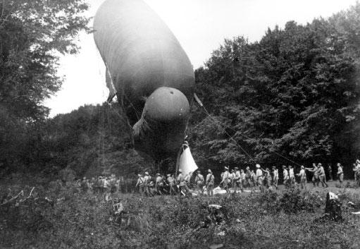 Подъем змейкового аэростата в 1-й воздухоплавательной роте. Июль 1915 г.