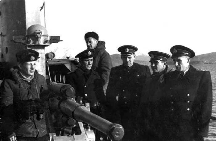 Командир большой подводной лодки «Б-12» капитан 2 ранга Л.Г. Осипенко (второй справа). Камчатка, 1953—1955 гг.