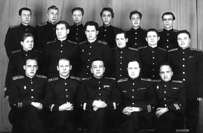 Капитан 1 ранга Л.Г. Осипенко (средний в нижнем ряду) с офицерами двух первых атомных подводных лодок. Обнинск, 1957 г.