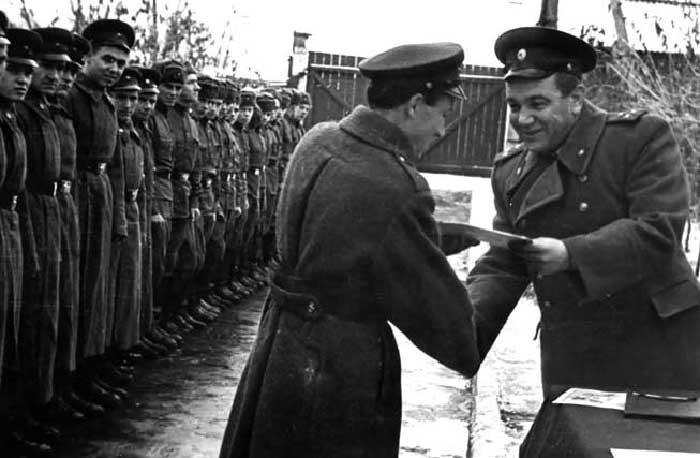 Начальник учебного центра ВМФ Л.Г. Осипенко вручает награды подводникам — победителям социалистического соревнования. Обнинск, 1961 г.