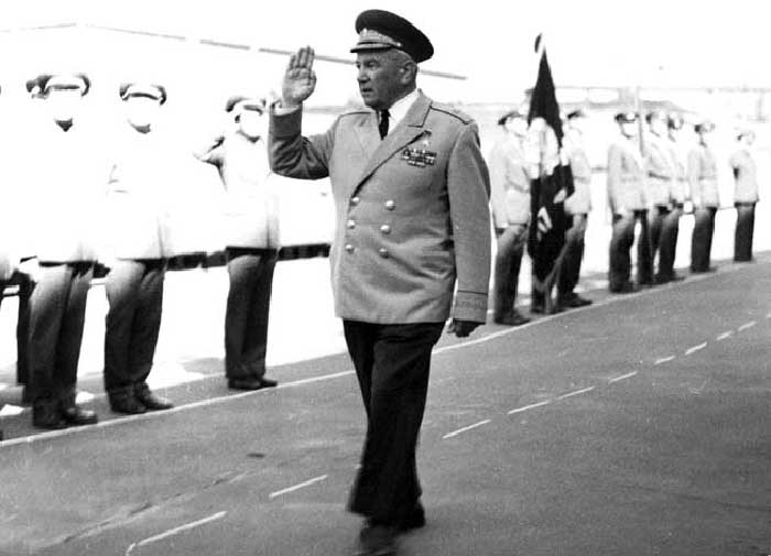 Контр-адмирал Л.Г. Осипенко на торжественном построении личного состава учебного центра