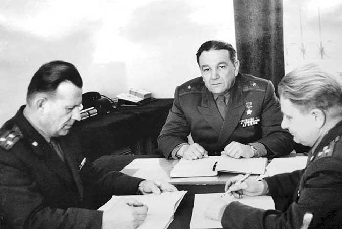 Контр-адмирал Л.Г. Осипенко в своём рабочем кабинете. Обнинск, 1973 г.