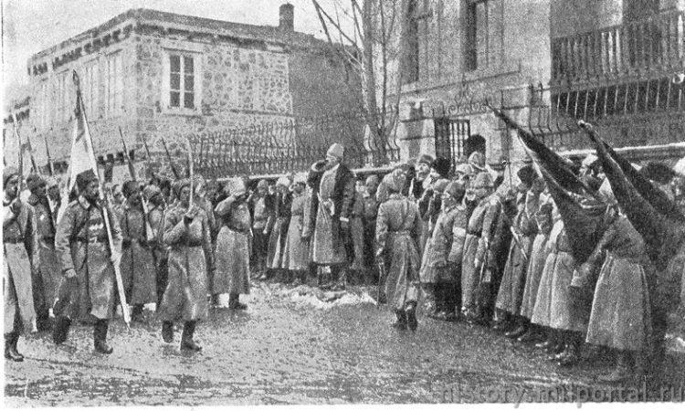 Парад в Эрзеруме. Русские пехотные части вступают церемониальным маршем в Эрзерум – турецкие знамена склонились в знак покорности.