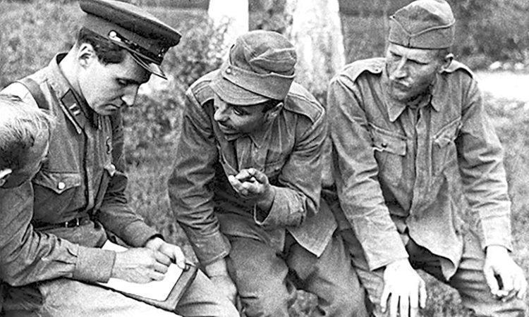 Корреспондент Красной звезды» К.М. Симонов беседует с румынскими военнопленными под Одессой 1941 г.