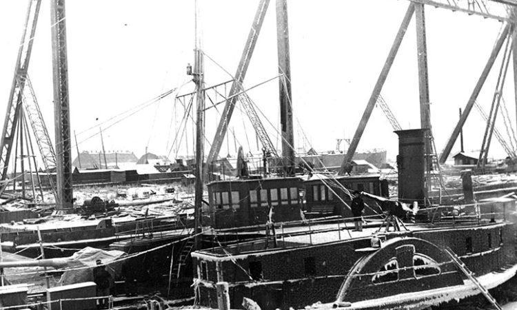 Сетевой заградитель «Шексна». Корабль не был переименован, однако на кожухе колеса название отсутствует. Петроград, Путиловский завод, зима 1919 г.