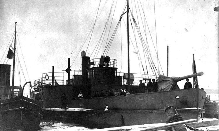 Сетевой заградитель «Яуза» Онежской флотилии. Корабль сохранил своё первоначальное название, однако на борту оно не нанесено. Возможно, название на фотографии заретушировано