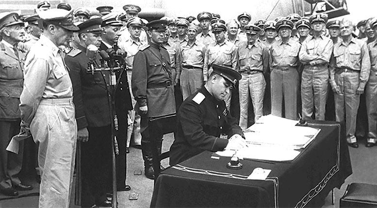 Представитель СССР генерал-лейтенант К.Н. Деревянко подписывает Акт о капитуляции Японии. 2 сентября 1945 г.