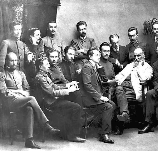 Н.Е. Жуковский (третий справа в 1-м ряду) и члены созданного им Воздухоплавательного кружка при Императорском московском техническом училище. 1900 г.
