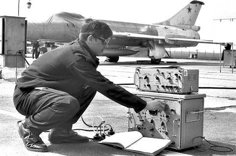 Слушатели 4-го факультета «Жуковки» на практических занятиях в монинской учебной авиационной базе. 1974 г.
