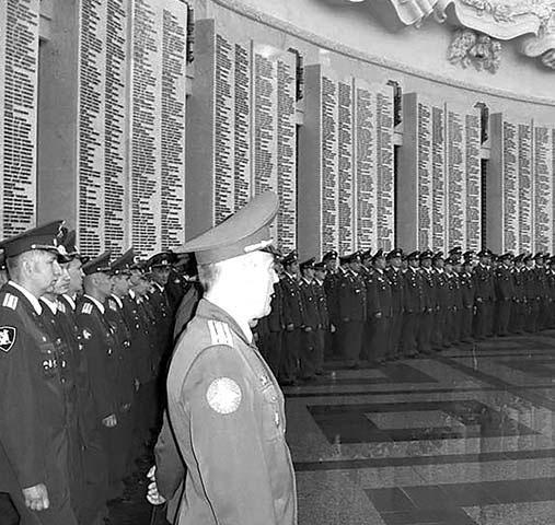 Выпускники ВВИА имени профессора Н.Е. Жуковского в Зале Славы в Центральном музее Великой Отечественной войны на Поклонной горе.