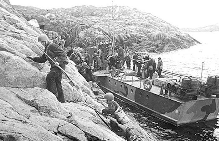 Высадка диверсионного десанта морской пехоты Северного флота на побережье, занятое противником